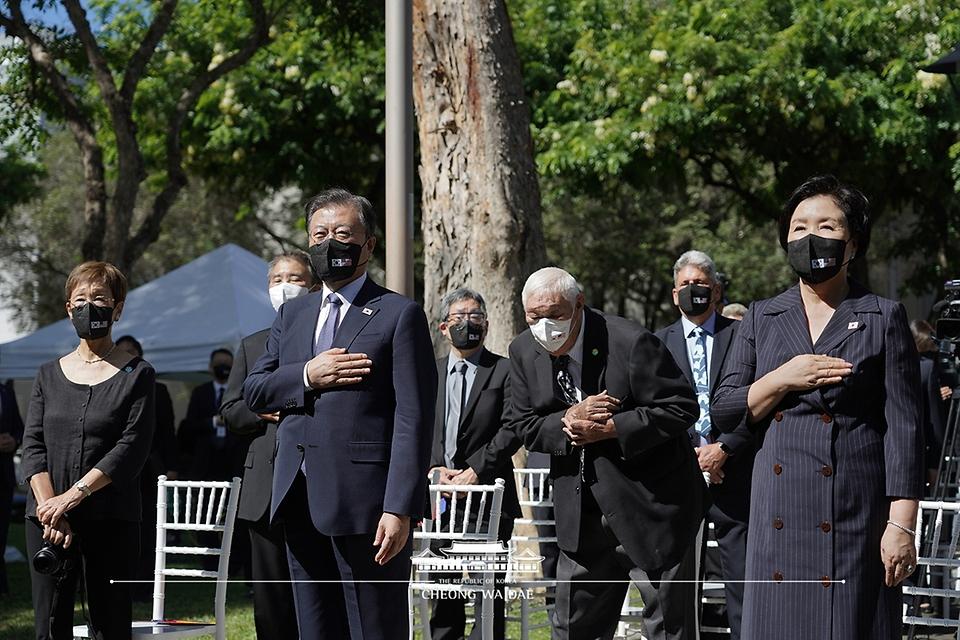 문재인 대통령과 김정숙 여사가 22일(현지시각) 미국 하와이대 한국학 연구소에서 열린 독립유공자 훈장 추서식에서 국민의례를 하고 있다.