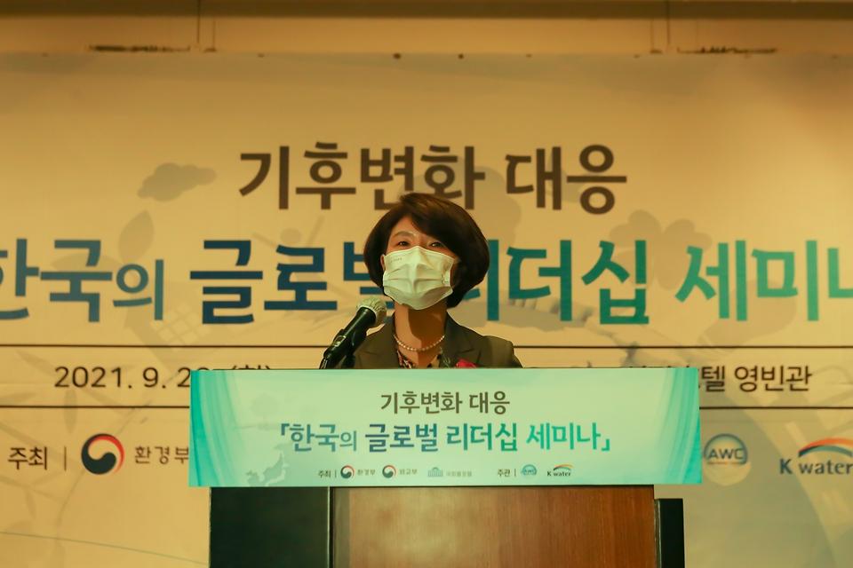 """한정애 환경부장관이 28일 오후 서울 중구 소재 신라호텔에서 열린 '기후변화 대응을 위한 한국의 국제 리더십 세미나'에 참석하여, """"우리나라가 물 분야를 비롯한 사회 전반에서 기후위기 대응 리더로 발돋움하도록 기후·환경 석학들의 혜안과 큰 역할을 기대한다""""라고 말했다."""