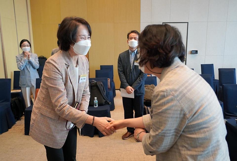 유은혜 사회부총리 겸 교육부 장관이 25일 서울 SKY31 컨벤션에서 열린 2022 개정 교육과정 학생·학부모 간담회에 참석해 관계자와 인사를 나누고 있다.