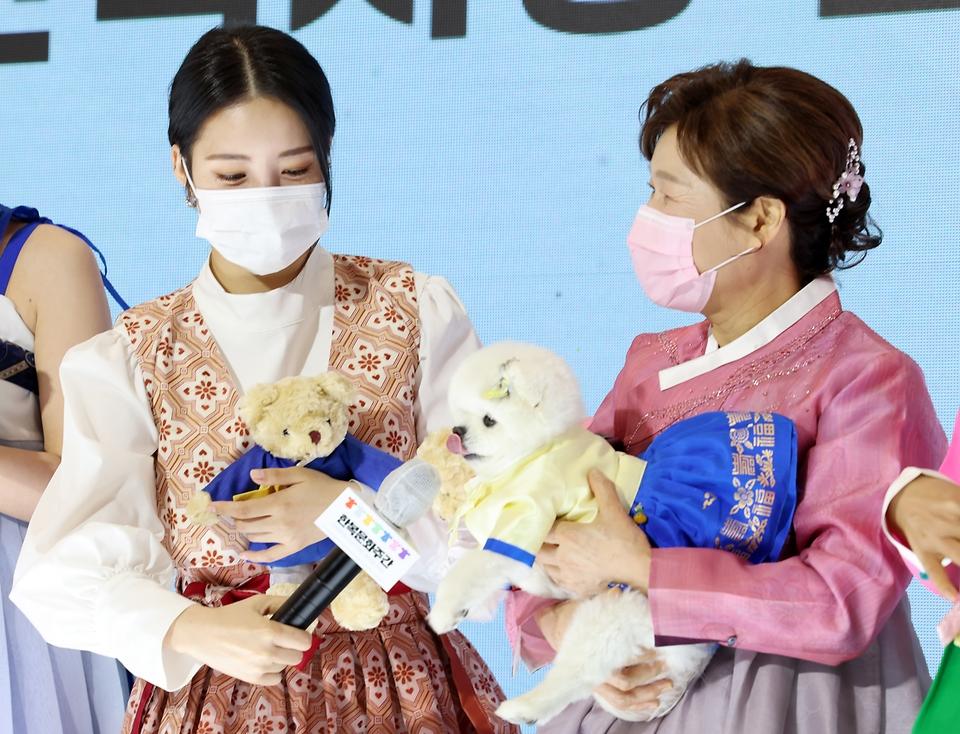유투버 '달리'가 13일 서울 강남구 스타필드 코엑스몰에서 열린 한복사랑 감사장 수여식에서 수상소감을 말하고 있다.