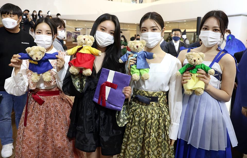 13일 서울 강남구 스타필드 코엑스몰에서 열린 한복사랑 감사장 수여식을 마친 브레이브걸스가 기념촬영을 하고 있다.