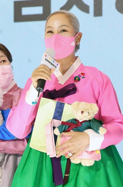 인순이 해밀학교 이사장이  13일 서울 강남구 스타필드 코엑스몰에서 열린 한복사랑 감사장 수여식에서 수상소감을 말하고 있다.
