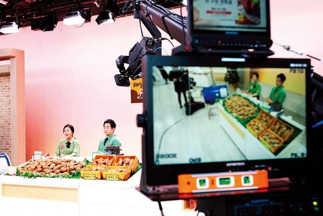 쇼핑호스트가 고구마 판매방송을 진행하고 있다