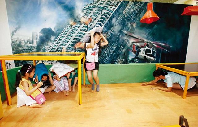 6월 19일 서울 코엑스에서 열린 '2016년 정부3.0 국민체험마당' 행사장을 찾은 어린이들이 지진 발생 시 행동요령을 체험하고 있다.