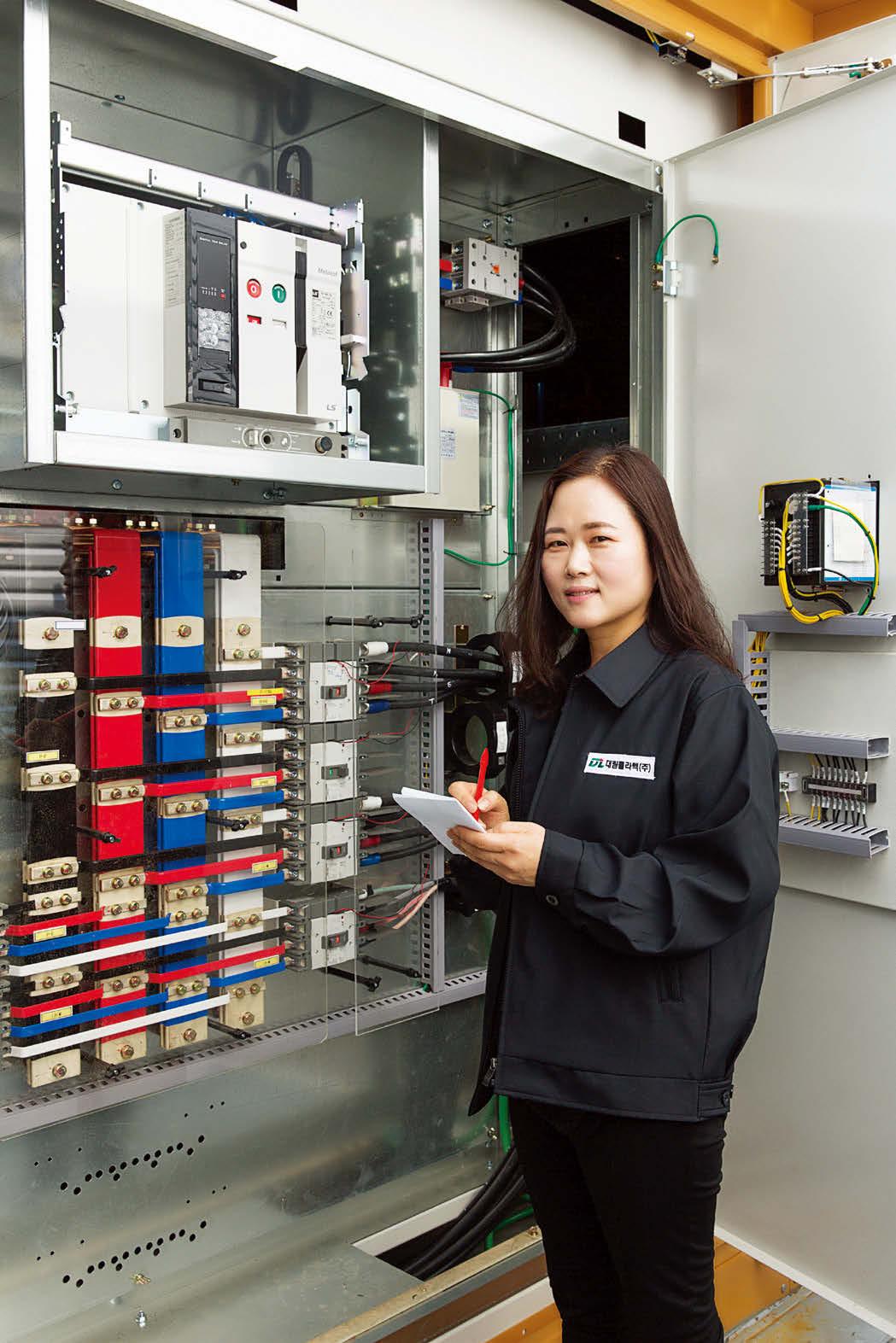 """박경옥 씨는 """"여성새로일하기센터에서 교육을 이수한 것이 전기산업기사 자격증 취득"""