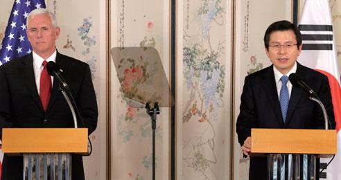 황교안 대통령 권한대행 국무총리와 마이크 펜스 미국 부통령이 4월 17일 서울 삼청동 총리서울공관에서 면담 결과를 공동 발표하고 있다.