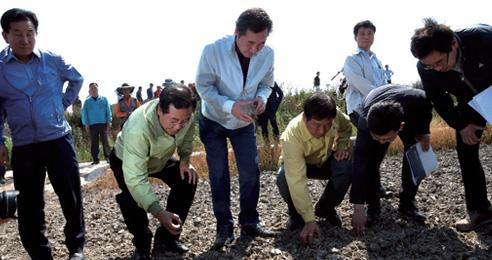 6월 18일 이낙연 국무총리가 전남 무안 지산리 가뭄 피해 현장을 점검하고 있다.