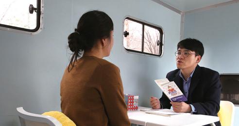한 여성이 정신과 의사에게 심리 상담을 받고 있다.