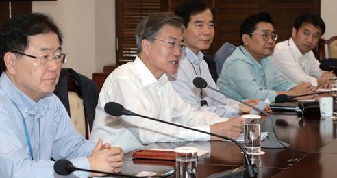 문재인 대통령이 지난 8월 10일 청와대에서 열린 수석보좌관 회의에서 발언하고 있다.