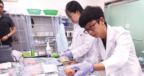 8월 16일 경기 안양시 국립농산물품질관리원 경기지원 분석실에서 관계자들이 달걀을 검사하고 있다.