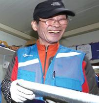10월 17일 서울 상계주공14단지 경로당에서 CJ 대한통운 실버택배 사업에 참여하는 어르신들이 택배 물건이 도착하자 물건을 정리하고 있다.