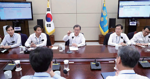 문재인 대통령이 10월 16일 열린 수석보좌관회의를 주재하며 모두발언을 하고 있다.