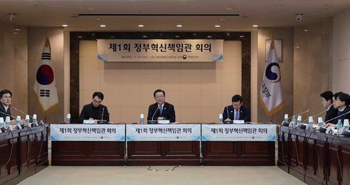 김부겸 행정안전부 장관이 1월 17일 서울 종로구 세종로 정부서울청사에서 열린 '제1회 정부혁신책임관회의'에서 모두발언을 하고 있다.