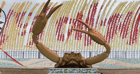 강구항 뒤편으로 펼쳐진 해파랑공원에는 대게 형상의 조형물이 있다.