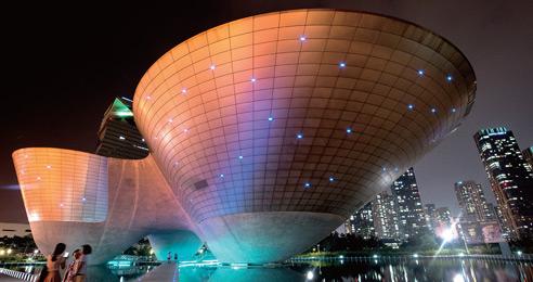 밤이 되자 수많은 불빛이 트라이볼을 수놓아 장관을 이룬다.