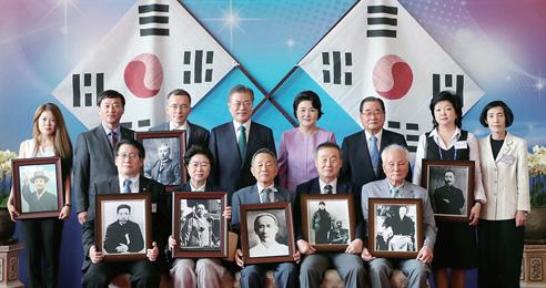 문재인 대통령이 8월 14일 청와대에서 열린 독립유공자 및 유족 초청 오찬에서 독립유공자 후손들과 기념촬영을 하고 있다.