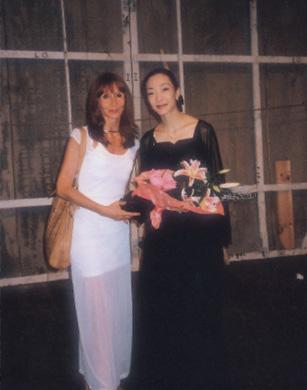 공연이 끝난 뒤 무대 뒤에서 기념사진을 찍는 제타 콘스탄티네스쿠와 문훈숙