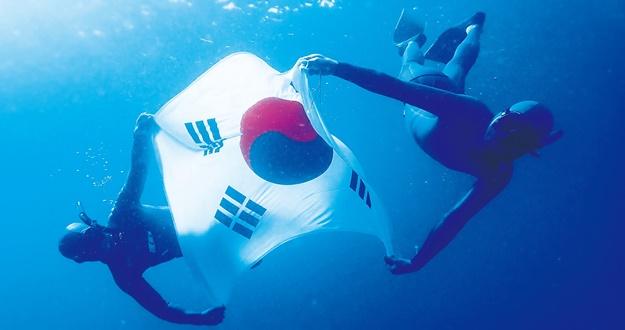 5m 바닷속 대형 태극기 펼치며 벅찬 감격