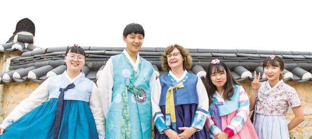 경주 교촌마을 방문한 이혜진 씨와 창원 사파고 학생들