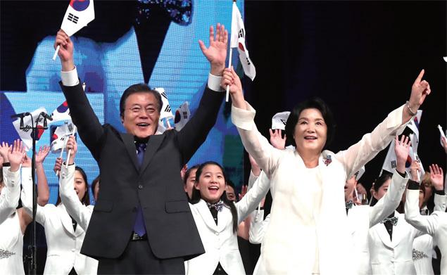 문재인 대통령과 부인 김정숙 여사가 8월15일 세종문화회관에서 열린 제 72주년 광복절 경축식에서 참석자들과 함께 만세삼창을 하고 있다.