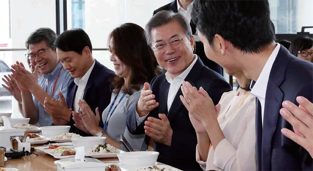 정부세종청사 구내식당에서 공무원들과 점심식사를 하고 있는 문재인 대통령