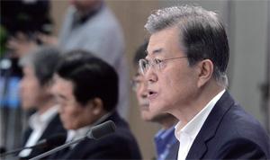 문재인 대통령이 정부세종컨벤션센터에서 열린 핵심정책토의에서 모두 발언을 하고 있다.
