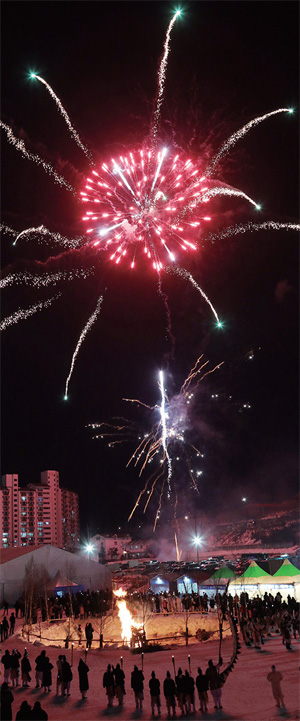 대관령눈꽃축제 개막에서 화려한 불꽃놀이가 펼쳐졌다.