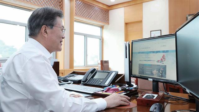 문재인 대통령이 9월 5일 청와대 여민관 집무실에서 2018 평창동계올림픽 입장권을 구매하고 있다.