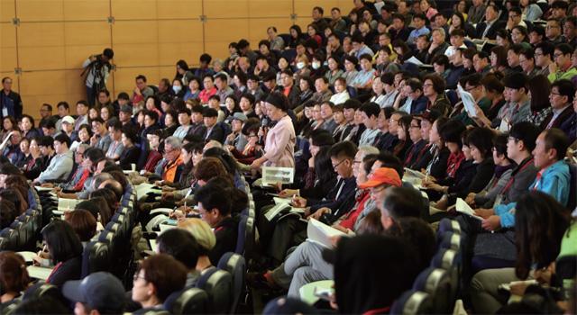 10월 14일 종합토론회 둘째날 충남 천안 계성원에서 '발표자와 시민참여단의 질의·응답 시간'중 한 시민이 질문하고 있다.