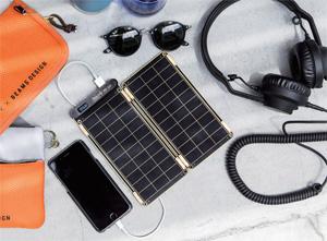 요크의 솔라페이퍼로 휴대전화를 충전하는 모습