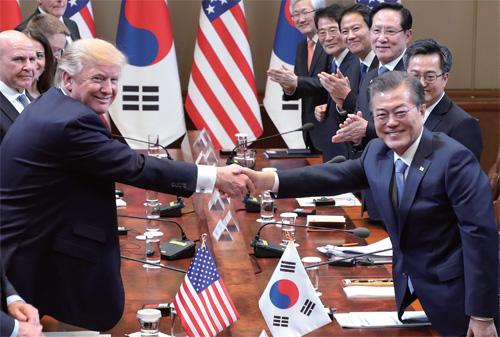 문재인 대통령과 도널드 트럼프 미국 대통령이 정상회담에서 악수하고 있다.