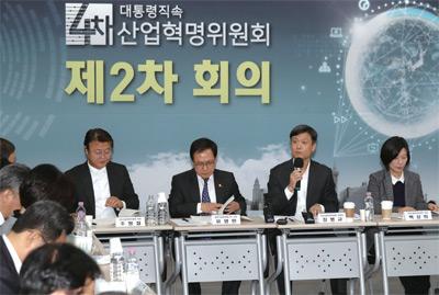 장병규 4차산업혁명위원회 위원장이 4차산업혁명위원회 제2차 회의에 참석해 인사말을 하고 있다.
