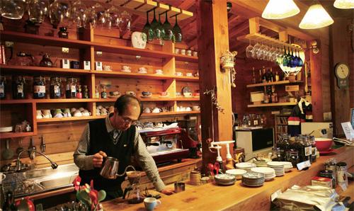 강릉 카페거리에 있는 한 카페에서 드립커피를 내리고 있는 바리스타