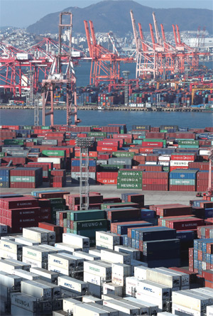 1월1일 수출입을 위한 컨테이너가 쌓여 있는 부산항 신선대부두와 감만부두