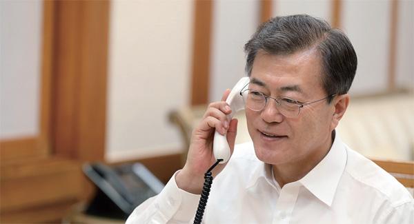문재인 대통령이 1월 10일 밤 도널드 트럼프 대통령과의 전화 통화에서 한미 간 공조를 더욱 강화하기로 했다.