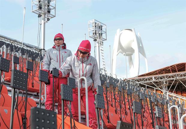 육군 11사단 박준현 상병과 김영훈 일병이 올림픽 메인 경기장에서 시설을 점검하고 있다.