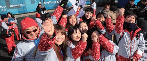 2월 7일 강릉 올림픽선수촌에서 자원봉사자들이 파이팅 구호를 외치며 기념촬영을 하고 있다.