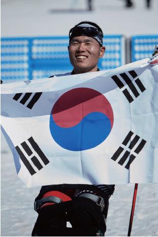 2017년 3월 11일 강원도 평창 알펜시아바이애슬론센터에서 열린 2017 세계장애인노르딕스키월드컵 크로스컨트리 스키 롱 좌식 종목에 출전한 신의현이 금메달을 획득했다.