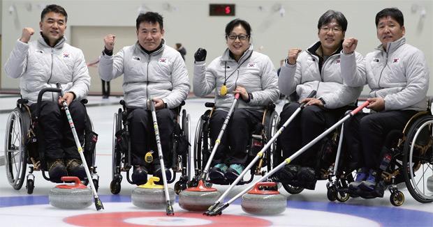 2017년 12월 7일 열린 2018 평창동계패럴림픽 휠체어컬링 미디어데이에서 차재관, 정승원, 방민자, 서순석, 이동하(왼쪽부터)가 승리를 다짐하고 있다.