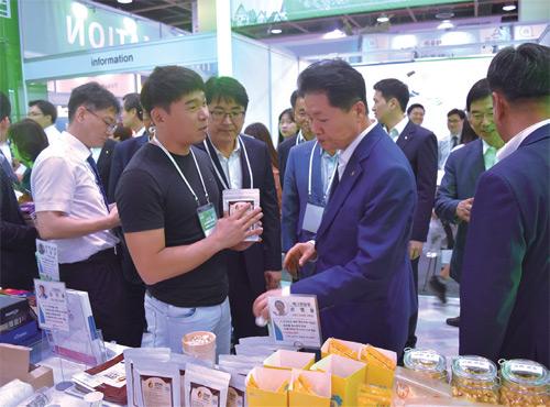김지용 대표는 다양한 식품박람회장을 찾아 시음을 권하며 시장 가능성을 판단했다.