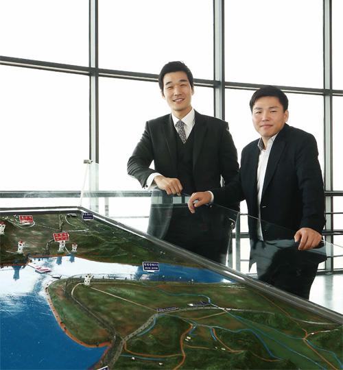 김태정 JSA판문점전우회 사무차장(좌)과 주승현 전주기전대 교수