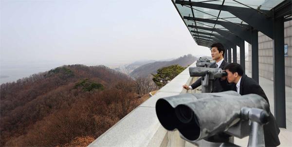 주승현 교수와 김태정 사무차장이 파주 오두산 통일전망대에서 북녘 땅을 바라보고 있다.