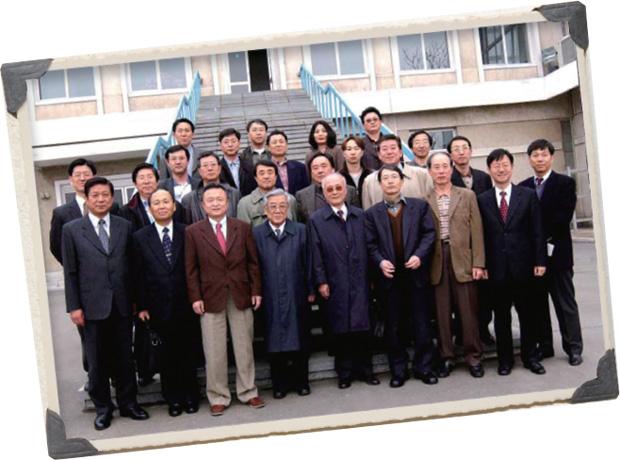 2003년 평양서 열린 제6차 남북 해외학자 통일학술회의 참석자들과 함께