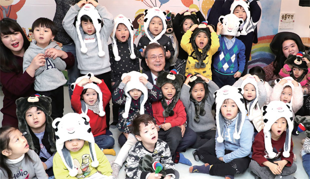 서울 도봉구 한그루 어린이집을 방문해 어린이들과 마술공연 관람을 마치고 기념촬영을 하고 있다.