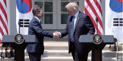 역대 정부 중 가장 빠른 시일 내에 한미정상회담이 성사됐다. 문재인 대통령과 도널드 트럼프 미 대통령이 2017년 6월 30일 워싱턴 백악관에서 공동언론 발표를 마친 뒤 악수하고 있다.