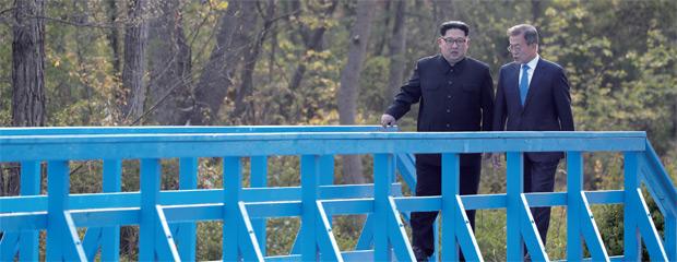 문재인 대통령과 김정은 국무위원장이 4월 27일 판문점 평화의 집에서 열린 남북정상회담에서 도보다리를 건너며 산책하고 있다.