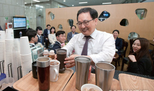 유영민 과학기술정보통신부 장관이 경기 과천 정부청사 로비 카페에서 개인 컵과 찾잔을 사용하고 있다.
