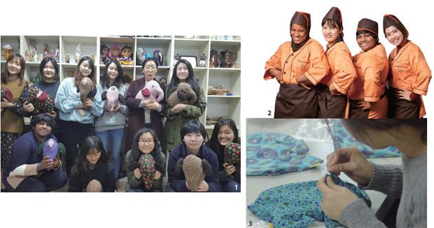 코끼리 쿠션 '라자'를 만드는 자원봉사자들