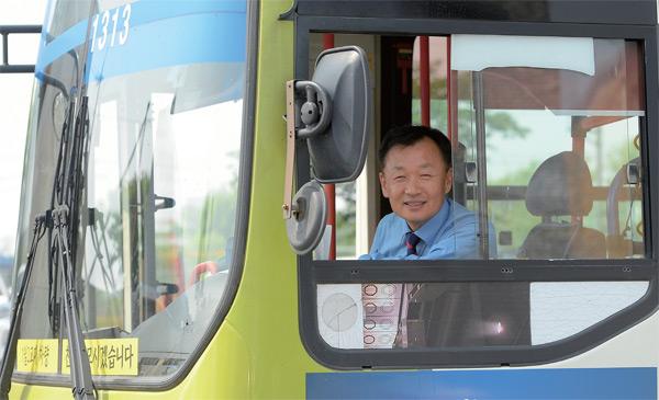 허혁 씨가 자신이 운행하는 버스 안에서 포즈를 취했다.
