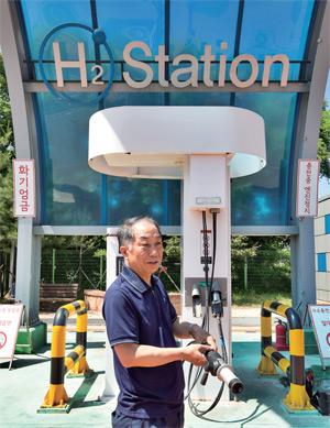 6월 12일 서울 마포구 상암 수소충전소 이승민 운영소장이 충전 방법을 설명하고 있다.
